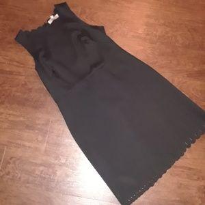 Sleeveless dress with scalloped neck and hem